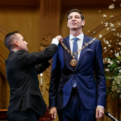 Turns Out There's A Trick To Keeping The Lord Mayoral Chain From Falling Off
